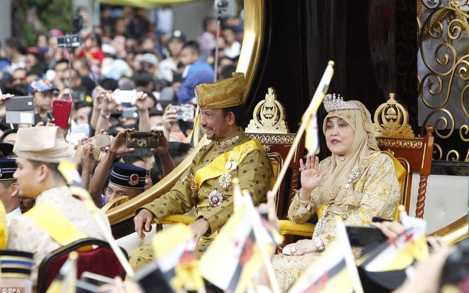 Nhà vua sau đó tổ chức nghi lễ ăn mừng trong phòng ngai vàng của dinh thự - khu phức hợp rộng lớn gồm các toà nhà trắng vòm vàng và gần 1.800 phòng.Hassanal và vợ ngồi trên ngai vàng trước mặt hàng trăm khách khứa hoàng gia bao gồm Hoàng tử Edward của Vương quốc Anh.