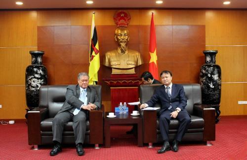 Thứ trưởng Bộ Công Thương Đỗ Thắng Hải (phải) tiếp Bộ trưởng Văn phòng Thủ tướng, Bộ trưởng thứ hai Bộ Ngoại giao và Thương mại Brunei Lim Jock Seng. Ảnh: Uyên Hương/BNEWS/TTXVN