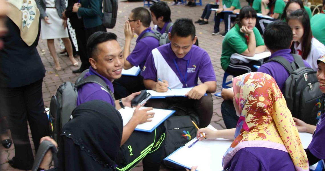 Giao lưu giữa đoàn thí sinh và học sinh trường