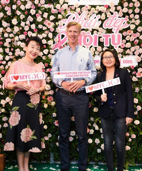 Từ trái qua: Bác sĩ Sue Lo - thành viên của Hiệp hội Ung thư Mỹ và Singapore, bác sĩ Mikael Hartman - Giám đốc chuyên môn và bà Serena Wee - Tổng giám đốc của Phòng khám Ung Bướu Singapore - Việt Nam.