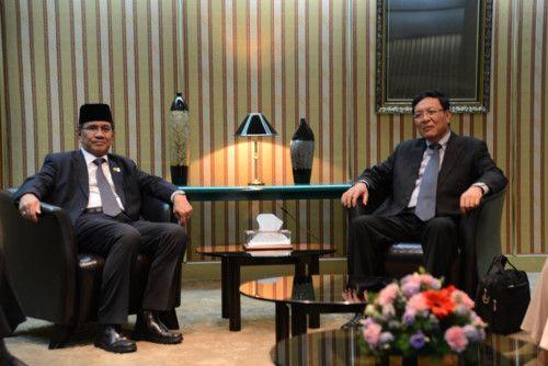 Đại diện Bộ Giáo dục Vương quốc Brunei Darussalam (trái) đón ông Phạm Vũ Luận - Chủ tịch Hội đồng SEAMEO, Bộ trưởng Bộ Giáo dục và Đào tạo nước CHXHCN Việt Nam - tại sân bay quốc tế thủ đô.