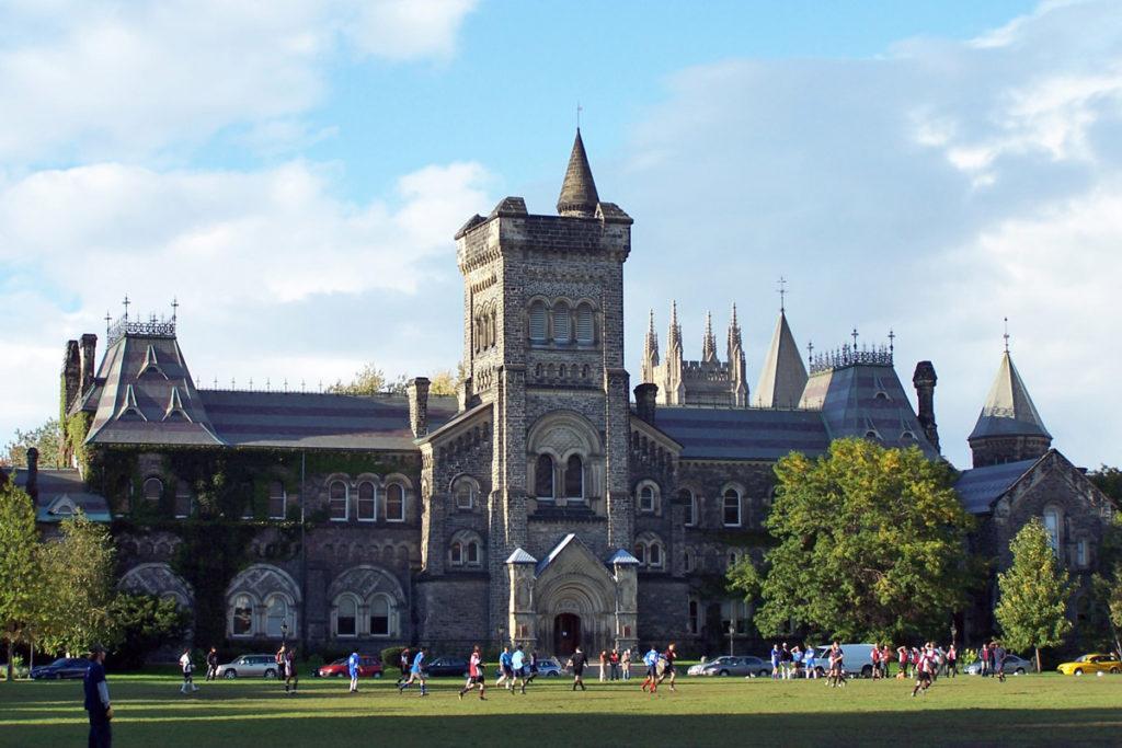 Địa điểm du học thứ 2 là Đại học Toronto