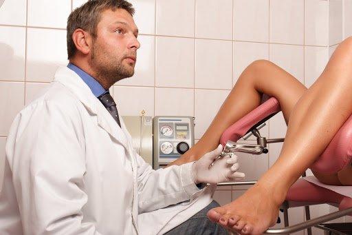 Bác sĩ sản khoa khám cho bệnh nhân