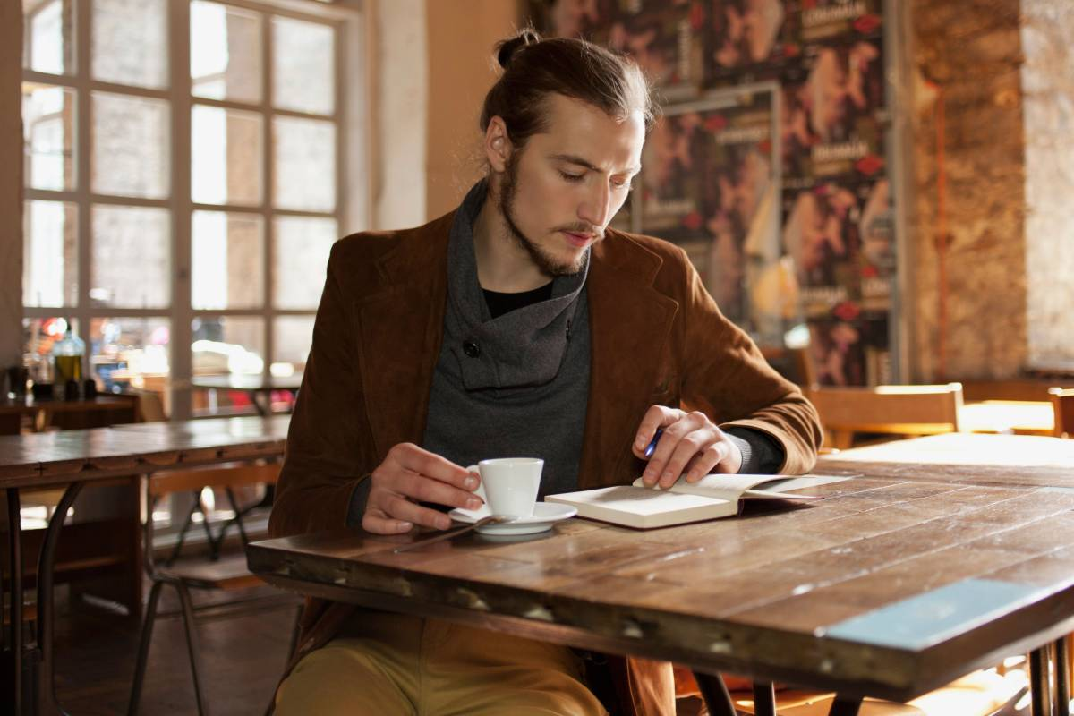 Người đàn ông ngồi đọc sách