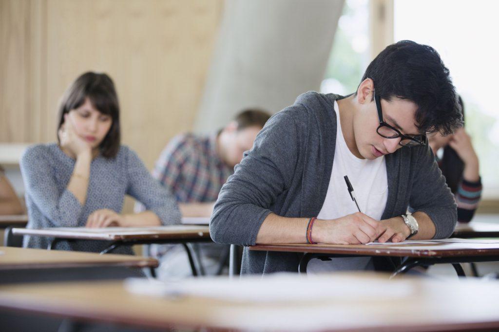 Học sinh ôn thi tiếng Anh