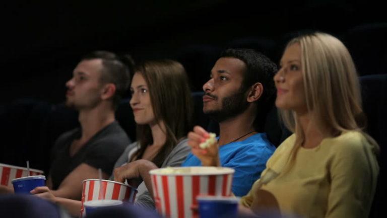 Một nhóm bạn lựa chọn cách xem phim để tăng khả năng tiếng anh của mình