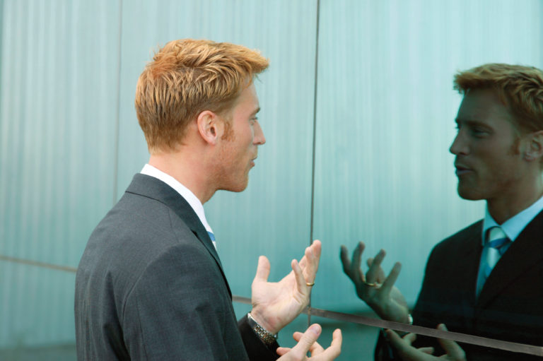 Người đàn ông luyện nói với chính mình trong gương