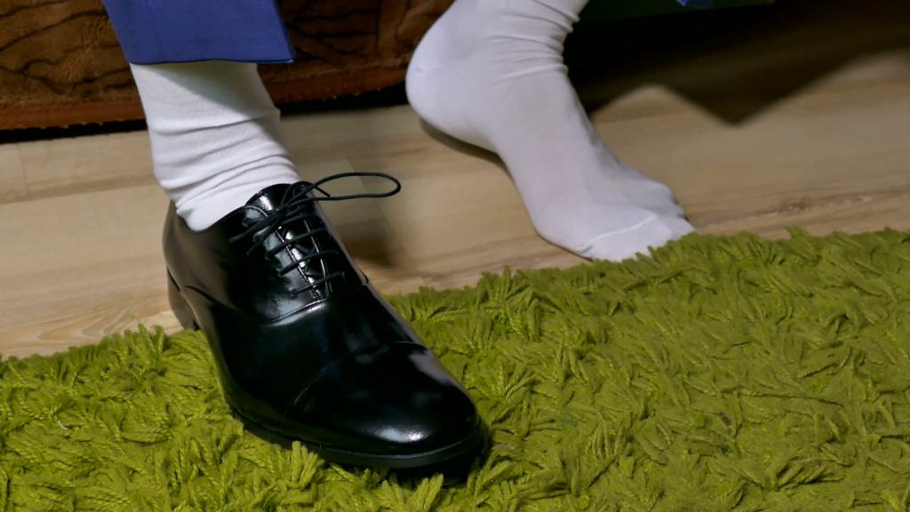 Lỗi mang tất trắng và giày đen