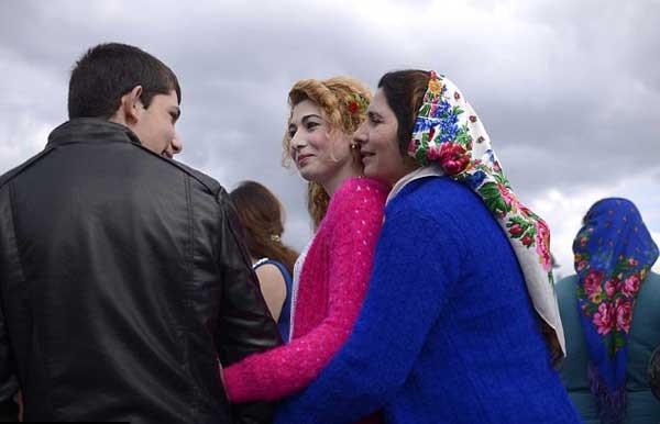 Một người mẹ cùng con gái tiếp xúc với một chàng trai đang tìm vợ tại chợ cô dâu