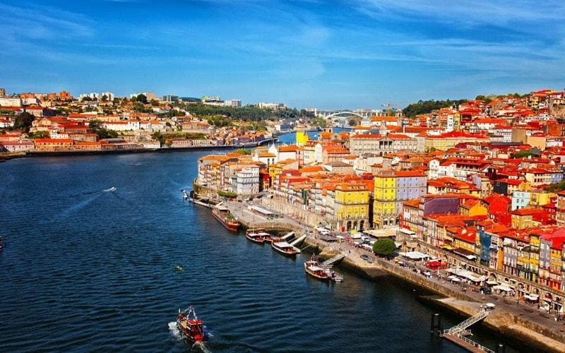 Bồ Đào Nha là một trong những quốc gia lâu đời nhất thế giới với lịch sử hơn 800 năm. Những nét truyền thống và đặc điểm văn hóa đã ấn định tính đặc trưng của đất nước này.