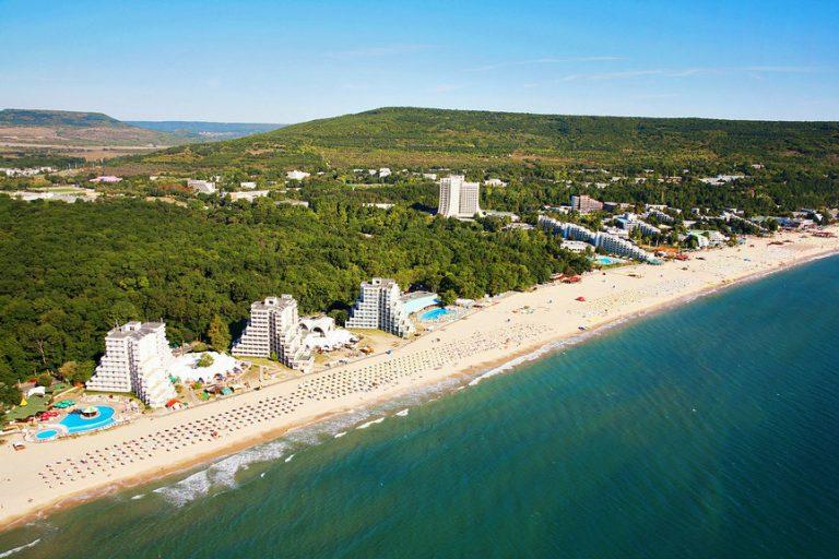 Nhiều nhà đầu tư nước ngoài đã mua nhà ở Bulgaria để đầu tư hoặc mua nhà để ở, đặc biệt là dọc theo các khu vực ven biển và các khu nghỉ mát trên đồi.