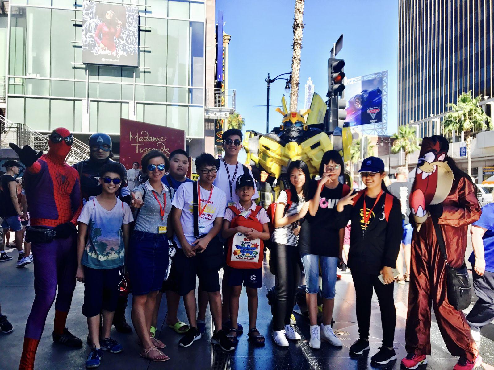 Nhóm sinh viên tham dự khóa du học hè đang đi tham quan