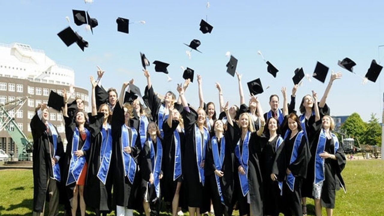 các sinh viên trong ngày tốt nghiệp