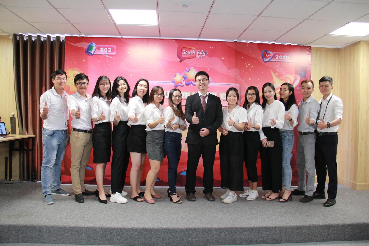 """Anh Laevis Nguyễn và toàn thể nhân viên tại sự kiện """"You are Level Up"""""""