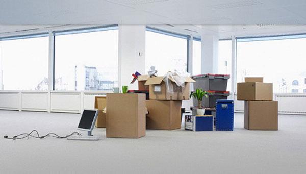 Đóng gói đồ đạc trước khi chuyển nhà